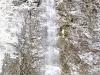 ein Wasserfall direkt an der Straße