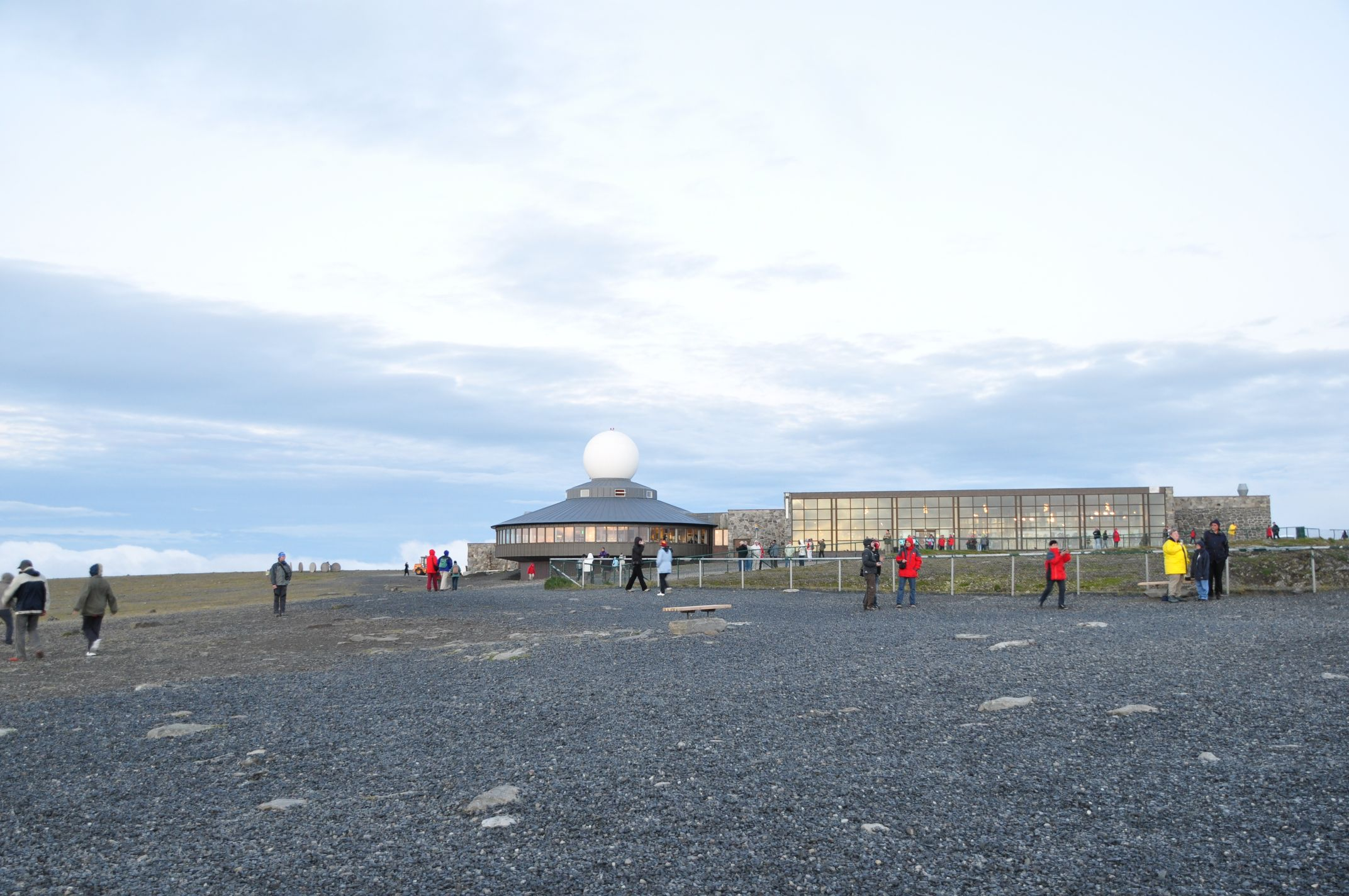 Touristen am Nordkapzentrum