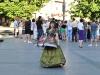 Frau im Trachtenkleid lässt sich fotografieren