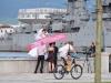ein Brautpaar posiert vor einem Kriegsschiff