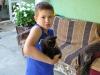 der Sohn mit der kleinen schwarzen Katze