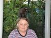 kleine schwarze Katze auf dem Kopf der Hostelbetreiberein