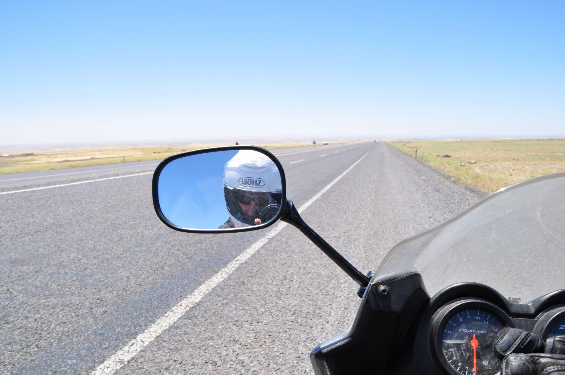 ein kurzer Blick in den Spiegel ob der Helm noch sitzt