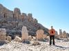 vor den Statuen auf dem Gipfel des Nemrut